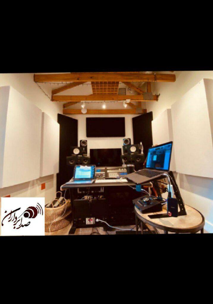 تصویری از یک استودیو خانگی که به خوبی با استفاده از عایق های صوتی محافظت شده است